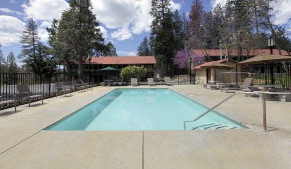 Yosemite Westgate Lodge - Lounge by our heated pool