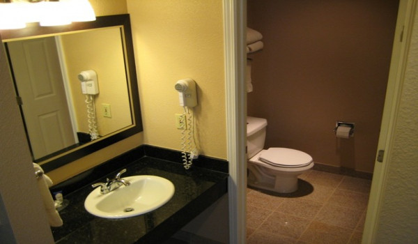 Yosemite Westgate Lodge - All of our rooms offer granite tiled bathrooms